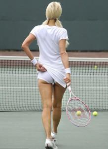 Пэрис Хилтон играет в теннис