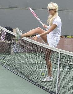 Пэрис Хилтон на теннисном корте