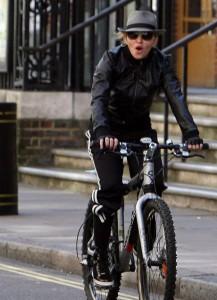Мадонна оседлала велосипед