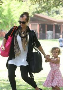 Беременная Джессика Альба с ребенком